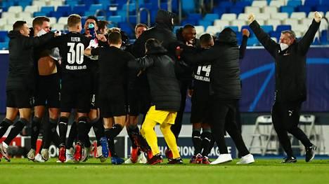 Borussia Mönchengladbachin pelaajat juhlivat seurahistorian ensimmäistä jatkopaikkaa Mestarien liigan lohkovaiheessa.
