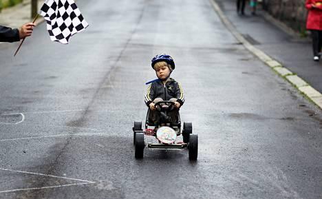 """Vauhdikasta.Puu-Vallilan Keuruunkadulla laskettiin kilpaa. Kulkupelejä mäkiautokisaan löytyi vain yksi, ja sekin polkimellinen. Ensikertalaista Eero Nikanderia, 5, mäenlasku ei pelottanut. """"Oli ihan kivaa. Auto meni kovaa, muttei liian kovaa"""", Nikander tulkitsi kisan jälkeen."""