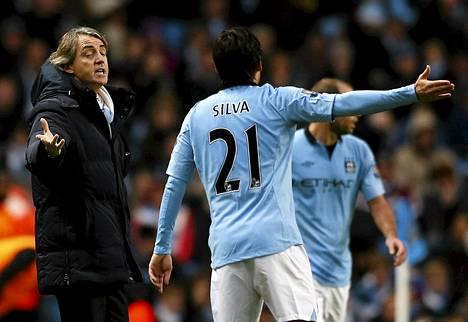Manchester Cityn valmentaja Roberto Mancini ja keskikenttämies David Silva keskustelivat pelin tiimellyksessä.