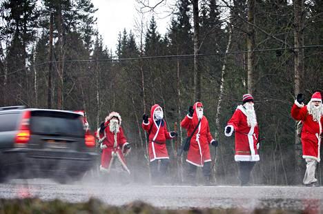 Joulupukinveljien marssi suuntasi Tikkakoskelta Jyväskylään.