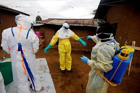 Benin kaupungissa työskennelleet ebolasairaalan työntekijät desinfioivat toisiaan Kongon demokraattisessa tasavallassa lokakuussa 2019.