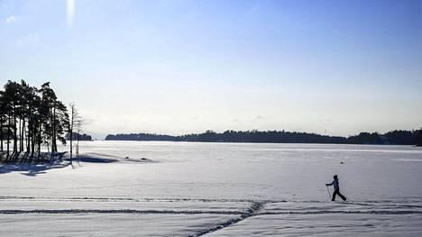 Hiihtäjä jäällä Aurinkolahdessa Vuosaaressa Helsingissä 3. helmikuuta.