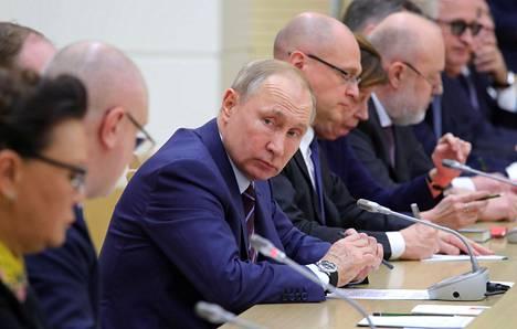 Vladimir Putin perustuslain muuttamista koskevassa kokouksessa presidentin virka-asunnossa Novo-Ogarjovossa runsas viikko sitten.