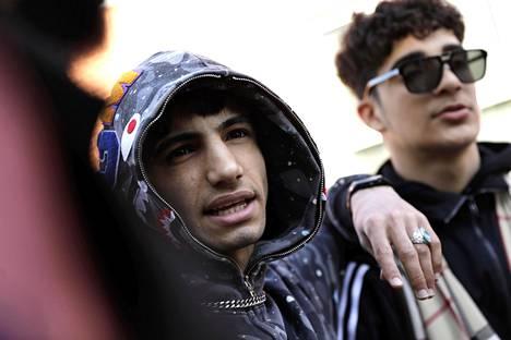 Ardar (vas) kertoo olleensa paikalla juhannusyönä Hietaniemen rannalla ja todistaneensa nuorten ja poliisin välikohtausta, joka johti kahden poliisin lievään loukkaantumiseen. Vieressä ystävä Haider Al-Abboodi.