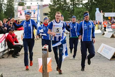 Eskil Kinneberg (keskellä) ankkuroi IFK Göteborgin Jukolan voittoon.