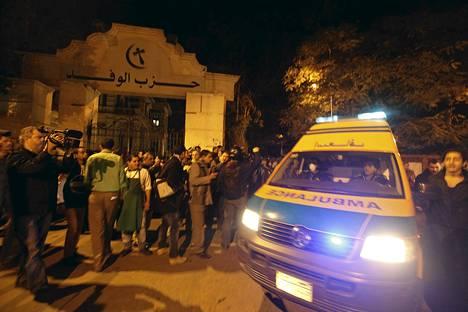 Pelastusviranomaisia Wafd-puolueen lehden toimituksen edustalla lauantai-iltana.