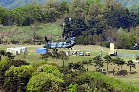 THAAD-järjestelmä (maassa kuvan oikeassa laidassa) nähtiin Seongjussa Etelä-Koreassa huhtikuun lopussa.