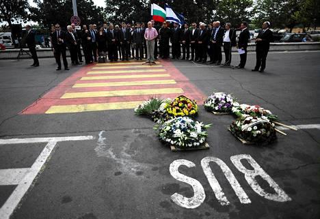 Israelin ja Bulgarian viranomaiset pitivät tilaisuuden pommi-iskussa kuolleiden muistoksi Burgasin lentoasemalla tiistaina.