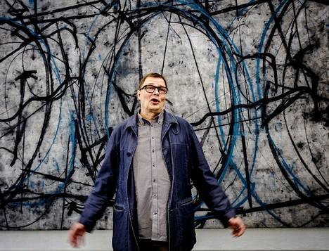 Jukka Mäkelän jättiläismaalaus Cernin kiihdytin (2008–15) täyttää Taidehallin kuvanveistosalin.