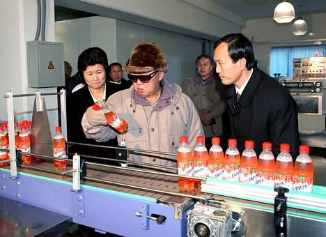 Kim Jong-il katseli juomapulloa Sonhungin ruokatehtaassa Pjongjangissa. Kuva on julkaistu joulukuun alkupuolella.