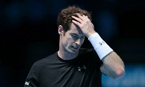 Andy Murray haroi siistimään hiuksiaan ottelun tiimellyksessä.