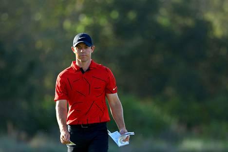 Rory McIlroy vaihtoi päätöskierrokselle punaisen paidan ja mustat housut.