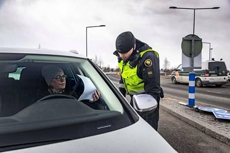 Vanhempi rajavartija Jarmo Kukkonen tarkisti Ruotsista saapuvan Jaana Haaran rajanylitysluvan Tornion ja Haaparannan rajanylityspaikalla lauantaina.