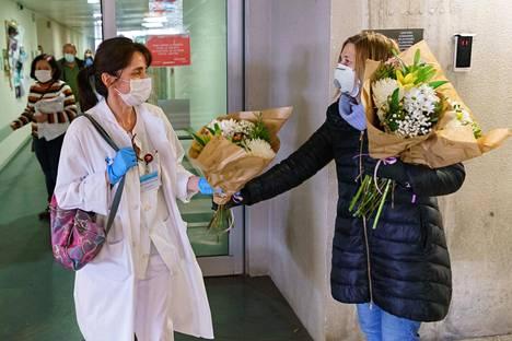 Kukkakauppias halusi osoittaa kiitollisuuttaan sairaalahenkilökunnalle Burgosissa lauantaina.
