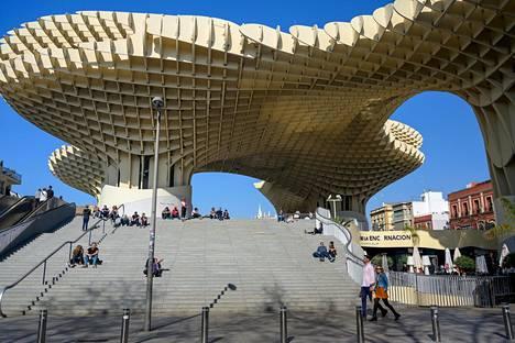 Sieniksi kutsuttu näköalapaikka ja aukio on Sevillan kaupungin mukaan maailman suurin puurakennelma. Puulevyt tuotiin Suomesta.