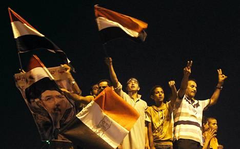 Muslimiveljeskunnan ja Muhammed Mursin kannattajat kokoontuivat osoittamaan mieltä Rabaa Adawiyan aukiolle Kairossa perjantaina.