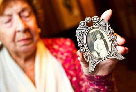 Carmen Gracia, 85, säilyttää isänsä valokuvaa kotonaan Madridissa. Gracia oli 8-vuotias, kun kansalliskaartin partio haki hänen isänsä kotoaan teloitettavaksi vuonna 1936.