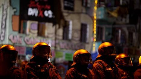 Mellakkavarusteiset poliisit olivat valmiina häätöoperaatioon jo ennen aamuseitsemää.