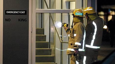 Palokunta tarkasti järistyksessä vahingoittunutta rakennusta Uuden-Seelannin Wellingtonissa.