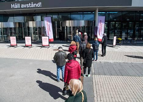 Ihmiset jonottivat koronarokotukseen Tukholman messukeskuksen ulkopuolella Ruotsissa 8. huhtikuuta.
