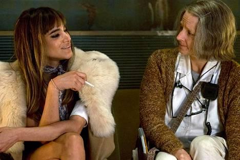 Sofia Boutella (vas.) on maailmanluokan palkkatappaja, ja Jodie Foster on Hoitaja varakkaiden turvapaikaksi tarkoitetussa hotelli Artemiksessa.