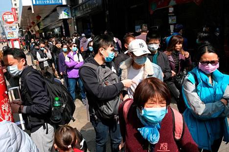 Ihmiset jonottivat hengityssuojaimia Hongkongissa 1. helmikuuta.