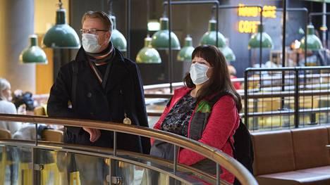 Ramon Dibbets ja Aleksandra Sarke pohtivat kauppakeskus Kampin ravintolakerroksessa, mihin ravintolaan he menevät syömään.