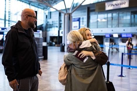 Jade Vuorinen (keskellä) antaa vanhemmilleen Juha ja Tuija Vuoriselle viimeiset halaukset Helsinki-Vantaan lentokentällä maanantaiaamuna ennen lähtöään Amsterdamiin.