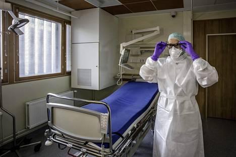 Osastonylilääkäri Veli-Jukka Anttila esitteli mahdollisen ebolapotilaan eristyshuonetta Meilahden sairaalassa kaksi vuotta sitten.
