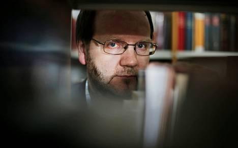 Lomakkeita työssään käsittelevät ymmärtävät kieliongelmat yleensä paremmin kuin virastojen johto, Vesa Heikkinen sanoo.