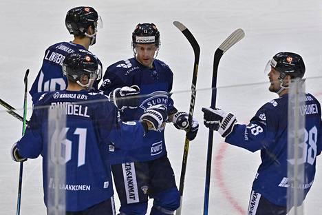 Axel Rindell sai onnitteluja Tsekki-pelin maalistaan. Hän onnistui myös Venäjää vastaan Prahassa.