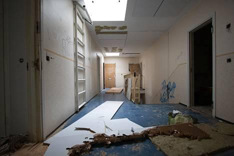 Ilkivallan tekijät piinasivat taloa sen tyhjennyttyä viimeisistä asukkaista joulukuussa 2017. Purkutaidetiimillä oli täysi työ kunnostaa talo näyttelyä varten.