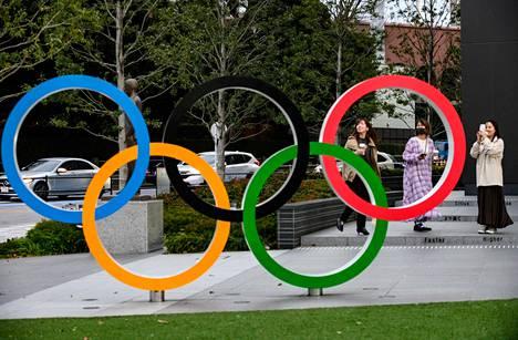 Japanin olympiamuseon edessä olevat olympiarenkaat on suosittu kuvauskohde.
