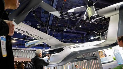 Uberin ja eteläkorealainen Hyundai kehittävät yhdessä lentävää taksia. Kuva messuilta Las Vegasista tammikuun alusta. Las Vegas on yksi kolmesta kaupungista, joissa lentävällä taksilla on määrä tehdä ensimmäiset koelennot.