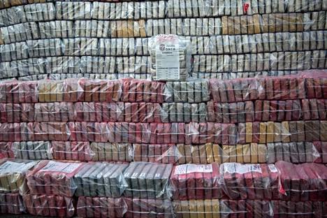 Kokaiinia salakuljetetaan Eurooppaan entistä enemmän. Kuvassa viime vuonna Dominkaanisessa tasavallassa takavarikoituja kokaiinipaketteja, joiden epäiltiin olleen matkalla Kolumbiasta Hollannin Rotterdamiin.