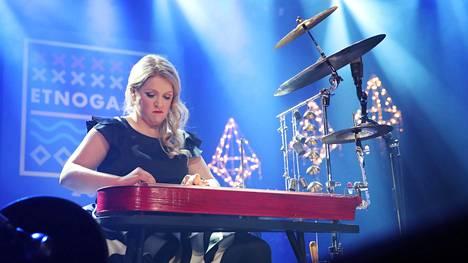 Kansanmuusikko Maija Kauhanen palkittiin Etnogaalassa vuonna 2017.