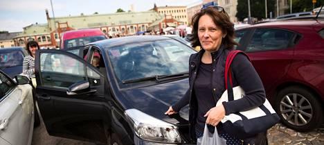 """Mari Rantanen ei lue eikä kirjoita tekstareita ajaessaan, vaikka puhuu työpuheluita ajon aikana. """"Stressi vaikuttaa keskittymiseen ja ajamiseen, se tarttuu liikenteeseen."""""""