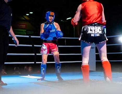 Lotta Loikkanen (sininen asu) otteli viime tammikuussa thainyrkkeilyn SM-kisoissa.