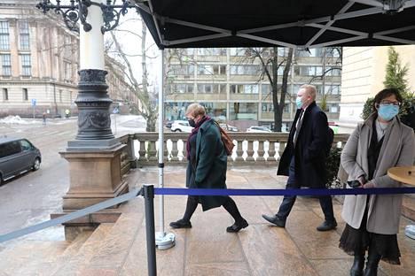 Keskustan puheenjohtaja Annika Saarikko ja keskustan eduskuntaryhmän puheenjohtaja Antti Kurvinen poistumassa Säätytalolta hallituksen neuvottelusta helmikuussa.