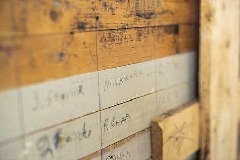 Kanttilan purettujen rakenteiden alta on paljastunut varhaisempia pintakerroksia.
