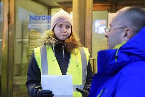 Lakkovahti Anna-Maria Gadimova kertoo asiakkaalle, että Nordean konttori Mannerheimintiellä on torstaina lakon vuoksi kiinni.