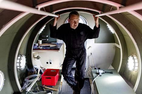 Peter Madsen kuvattuna sukellusveneensä sisällä vuonna 2015.