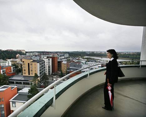 Esperi Caren toimitusjohtaja Marja Aarnio-Isohanni ihaili maisemia entisen sotilassairaala Tilkan parvekkeella vuonna 2008. Tilkka oli vastikään remontoitu Esperin hoivakodiksi.