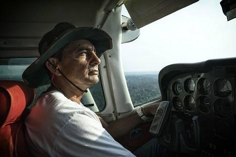 Meno yläilmoissa oli tasaista. Kunnolla alkoi pelottaa vasta siinä vaiheessa, kun pilotti antoi etupenkillä istuneen matkustajan ohjata konetta.