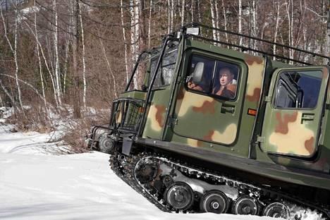 Venäjän presidentti Vladimir Putin kuvattiin sunnuntaina ajamassa maastoajoneuvoa Siperian taigalla.