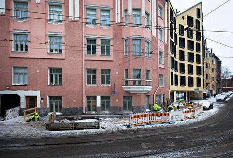 Katajanokan Kruunuvuorenkatu 9:n perustusten vahvistustöitä tammikuussa 2018. Vieressä olevan Linnankatu 3:n uuden talon louhintatöiden aikaan kallioperä osoittautui odotettua huonokuntoisemmaksi.