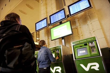 VR:n lippuautomaatteja Helsingin Rautatieasemalla.