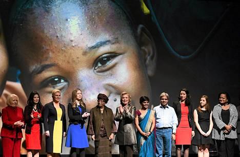 Hillary Clinton ja Melinda Gates maanantaina Los Angelesissa julkistaman tasa-arvoraportin mukaan naisia yhä syrjitään johtajavalinnoissa. Tilaisuus liittyy YK:n järjestämään konferenssiin.