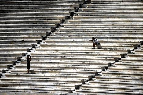 Turistit ottivat kesäkuussa valokuvia Panathenean stadionilta, joka toimi näyttämönä vuoden 1896 olympialaisille.
