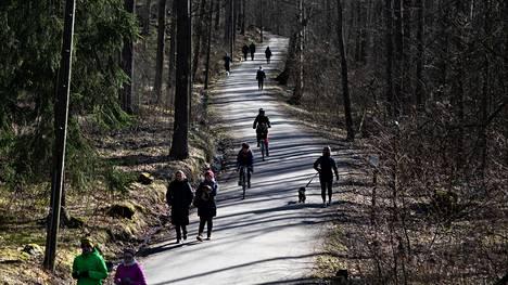 Kevät ja koronarajoitukset saivat ihmiset ulkoilemaan viime viikon torstaina. Ulkoilijoita Herttoniemen ulkoilureitillä Viikin ja Vanhankaupunginlahden luonnonsuojelualueen laidalla.